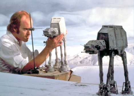 Phil Tippet al lavoro su un Imperial Walker dal film Guerre Stellari del 1981